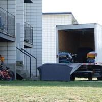 Un camion de déménagement est stationné devant un appartement.