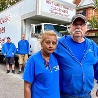 Karina Shaak, Frank Hunt et des employés devant un camion de déménagement.