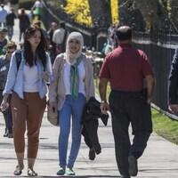 Des gens qui marchent dans la rue.