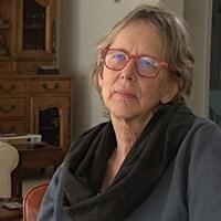 Denyse Côté en entrevue dans une pièce chez elle.