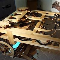 Une réplique de l'automobile de Léonard, faite de bois sans châssis.
