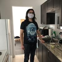 Clément Tek dans la cuisine de son appartement à Alma.