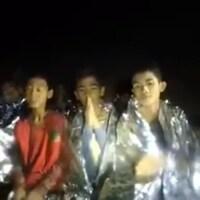 Dans cette vidéo enregistrée mardi par la marine thaïlandaise, on voit onze des enfants dire bonjour, leur nom, puis « je suis en bonne santé ».