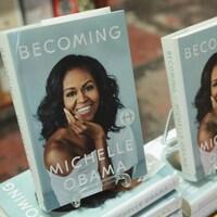 Deux autobiographies de Michelle Obama sont disposées dans une librairie.