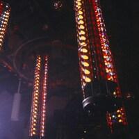 Système de lumières en colonnes sur la piste de danse d'une discothèque.