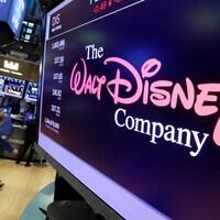 Le logo de Walt Disney est projeté sur un écran à la bourse.