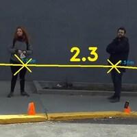 Des gens attendent en file et des lignes indiquent la distance entre elles. C'est ce qu'affiche Dista.