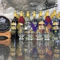 Les différentes bouteilles de la distillerie Fils du Roy sont alignées sur un comptoir