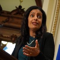 Dominique Anglade s'adresse aux médias derrière un lutrin.