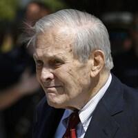Plan rapproché de Donald Rumsfeld, à l'extérieur.