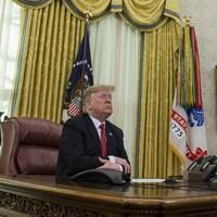 M. Trump, sur son fauteuil du bureau ovale, à la Maison-Blanche.