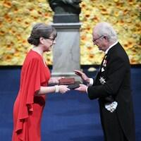 Une femme et un homme sur un podium