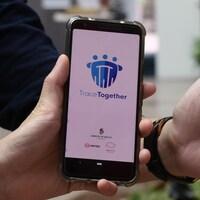Deux téléphones affichant l'application utilisée à Singapour.