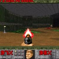 Une capture d'écran du jeu vidéo Doom montrant la main d'un homme tenant un pistolet en train de tirer sur des extraterrestres.