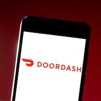 Le logo de DoorDash diffusé sur un écran de téléphone.