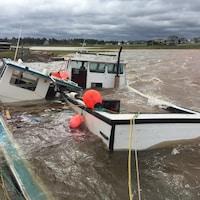 Deux bateaux submergés.