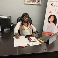 Une femme assise derrière un bureau
