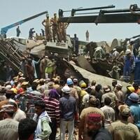 Des opérations de sauvetage sur le site de l'accident de train.