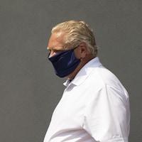 Doug Ford qui porte un masque.
