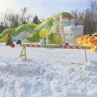 Le dragon de neige presque achevé.