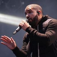 Drake chante sur scène.