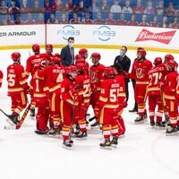 Les joueurs de l'équipe sur la glace ensemble.