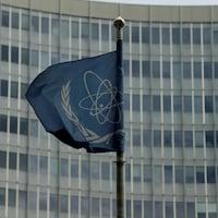 Le drapeau de l'Agence internationale de l'énergie atomique (AIEA) flotte devant son siège à Vienne, en Autriche.
