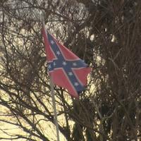 Un drapeau confédéré bat au vent.