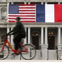Les drapeaux français et américain à la Maison-Blanche