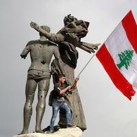 Un homme brandit un drapeau
