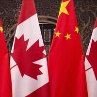 Drapeaux canadiens et chinois.