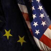 Le drapeau de l'Union européenne et celui des États-Unis