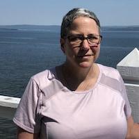 Une femme devant la mer.