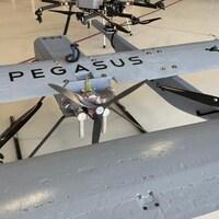 Des drones dans un hangar.