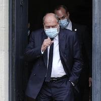 Éric Dupond-Moretti quitte l'immeuble.