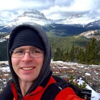 Dwayne Schnell. Dwayne Schnell, un ancien enseignant de l'École La Vérendrye à Lethbridge possédait plus de 200 images de pornographie juvénile, dont il faisait aussi la distribution.