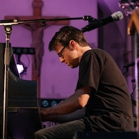 Dylan Phillips joue du piano.