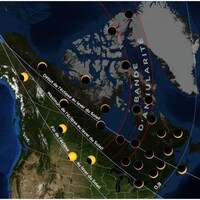 Carte du Canada montrant la zone d'éclipse qui s'étire du Canada jusqu'en Sibérie en passant par le pôle Nord.