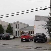 Une voiture de la Sûreté du Québec est stationnée devant l'école des Kekeko.