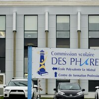 Une affiche où on peut lire Commission scolaire des Phares - École polyvalente Le Mistral.