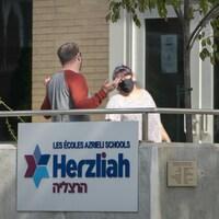 Panneau à l'entrée de l'école Herzliah.