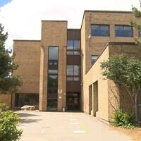Une entrée de l'école Louis-Riel.