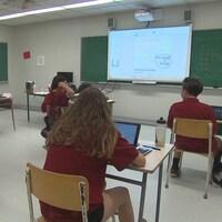 Des élèves travaillent dans une salle de classe.