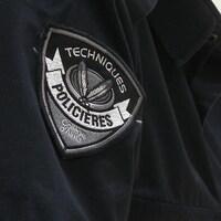 Un écusson sur lequel on peut lire « Techniques policières, Collège d'Alma »