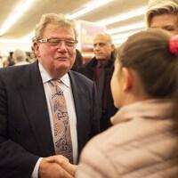 Le nouveau maire Ed Holder accueille une partisane lors d'une fête le soir des élections.
