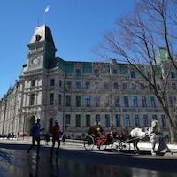 L'Immeuble est imposant avec ses tourelles et son toit de cuivre.