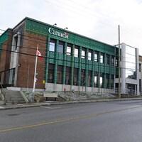 Un immeuble avec une enseigne du gouvernement du Canada