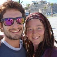 Edith Blais et Lucas Tacchetto posent pour un égoportrait dans une rue ensoleillée.