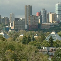 Les pyramides du jardin botanique Muttart dans le quartier Cloverdale d'Edmonton en été.