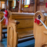 Les bancs d'une église décorés pour Noël.